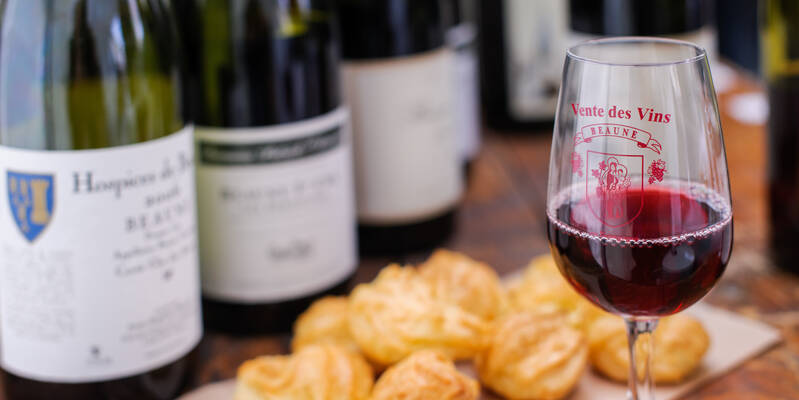 Wine & gougères © Michel Joly