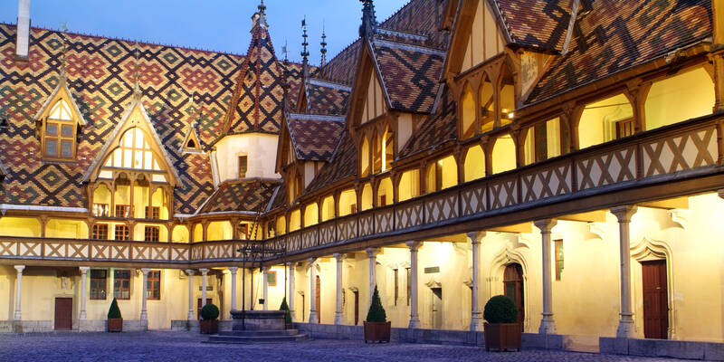 Courtyard and roofs of the Hospice de Beaune © Francis Vauban